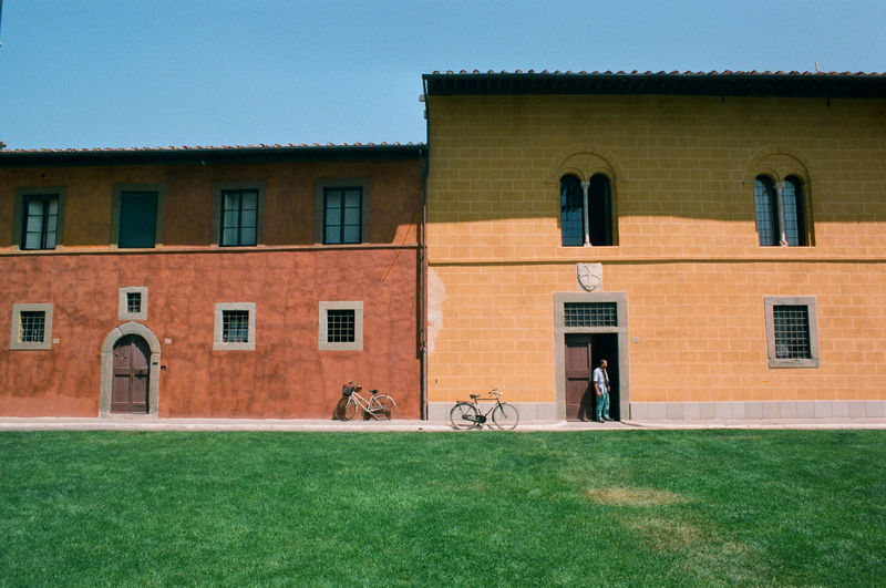 Pisas Gegensätze Architecture Building Exterior Built Structure Day Dächer Fahrrad Fahrräder Fassade Fenster Gelb Grass Grün House Italien Italy Men Nature Outdoors Rasen Real People Residential Building Rot Sky Wiese  Window
