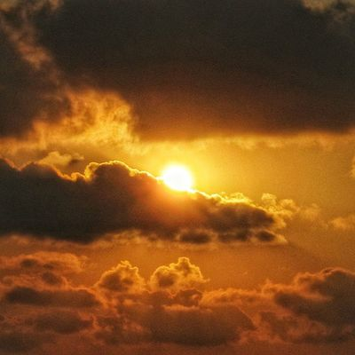 As the sun soaring up from its sleep, I wish everyone a happy Lunar New Year 2566 ?. 恭喜发财? 万事如意? 身体健康? 年年有馀? 大家平平安安? Happychinesenewyear Cny Location: Pulau Pramuka, DKI Jakarta