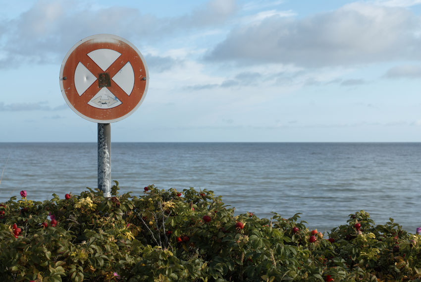 HOHENFELDE, PROBSTEI, KREIS PLÖN, SCHLESWIG-HOLSTEIN: Parken verboten / no parking. Photograph (c) 2011 Kay-Christian Heine Baltic Sea Blau Blue Caution Sign Horizon Over Water Locked Out LockedOut Meer No Parking Sign Ocean Ocean View Ostsee Parkverbot Parkverbotsschild Schild Sea Seascape Seaside Sign Signs - Warnings Sky And Clouds Symbolic  Verbotsschild Warning Sign Warnschild