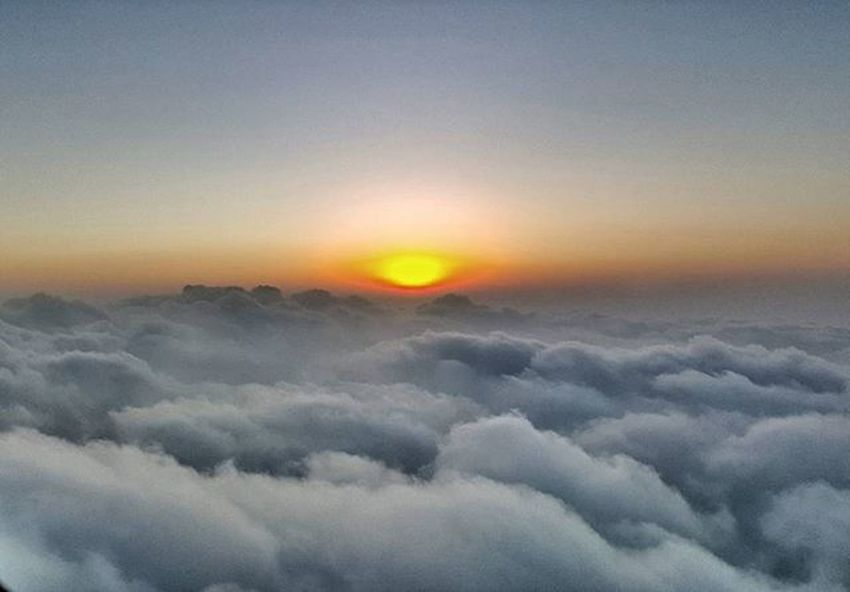 Let's c... How's ur guess. . Is this Sunrise or Sunset?? Fiftyshades_of_twilight FiftyShadesOfGrey Clouds Sunset Sunrise Twilight NaturalBeauty Nature Viewfrommyoffice Pilotlife Crewlife Piloteyes737 Flightdeckview HDR
