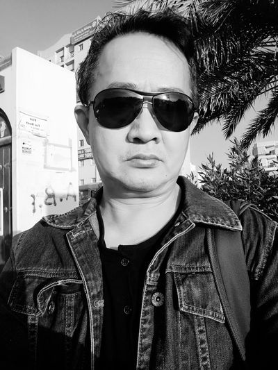 Sunglasses Selfportrait Lifestyles Front View Fashion Casual Clothing One Person Portrait Close-up Outdoors One Man Only DayTimePhotography Street Photograpy Outdoor Photography Sunglasess Monochrome Photography Standing Up Enjoy The New Normal Denims Wear Day trees Real People