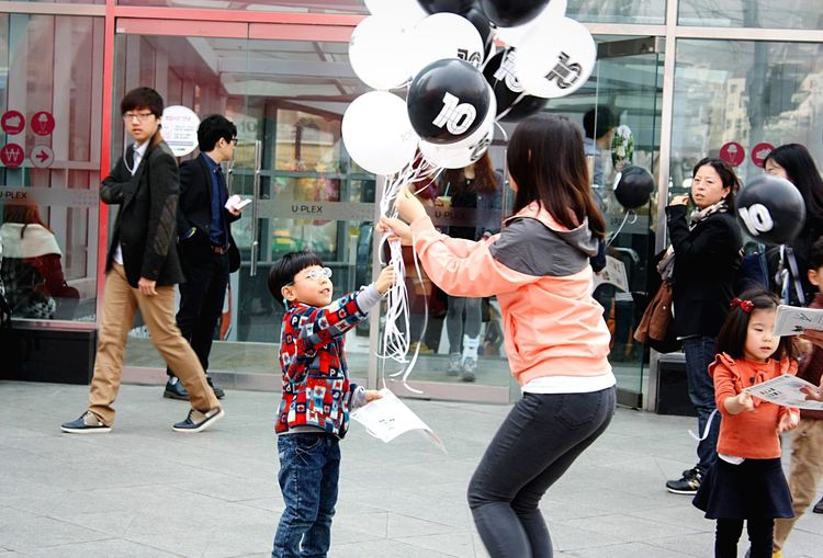 [ Seoul Serie 6 ] That illuminated face though. Balloons Everyday Joy Kids Kids Being Kids Happy Streetphotography People People Photography Seoul Korea