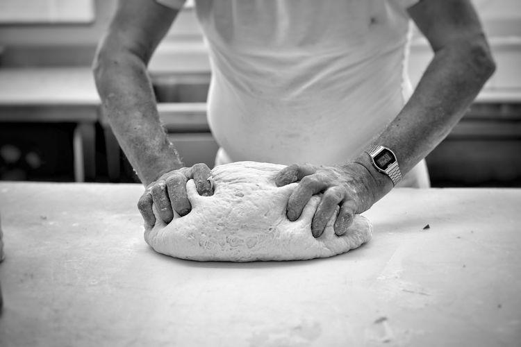 Impastare Impasto Pasta Pizza Farina Pizzeria Ristorante Cibo Cuoco Cucina Sony A7rm2 Samyang 100mm Macro Acqua Mischiare Mischiato Uovo Uova Salare Salato Banco Tavolo Tavola