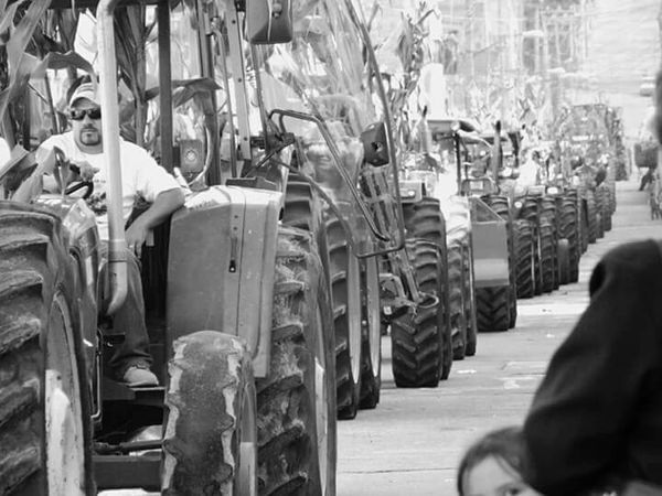 Mexico Leslie_Gr_In Peoplephotography Streetphoto_bw Tractores Tractors Black & White Blanco Y Negro Rueda Street Photography Mexico_maravilloso