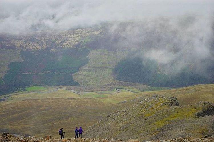 I climbed up Sgùrr na Banachdaich, the view on the way down was pretty awesome! Scotland Highlands IsleOfSkye SgùrrNaBanachdaich Mountain 3000ft Landscape Sonya7