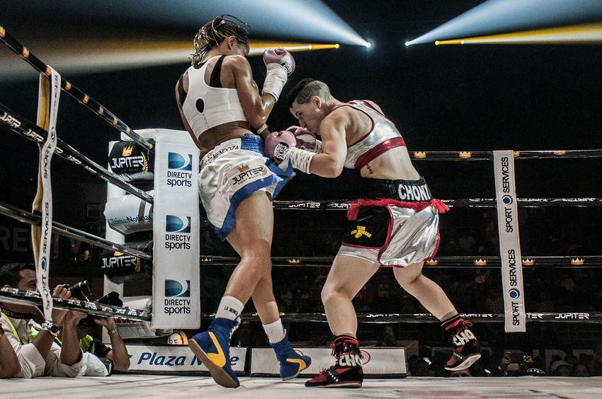 """El 18 de junio de 2016 se realizó """"La Batalla de Campeonas"""", la primera cartelera de boxeo completamente femenina. La cual se llevó un recórd Guinness por la cantidad de peleas femeninas (7), en donde 4 se disputaban un titulo de la AMB. La pelea estelar fue la defensa del título de Mayerling """"la monita"""" Rivas en contra de Melania """"Chony"""" Sorroche Box Boxing Sport Sportphotography The Photojournalist - 2017 EyeEm Awards Women"""