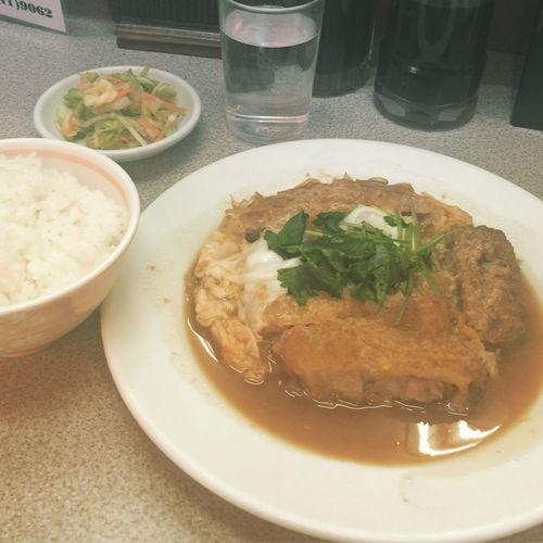 お昼は場内でʕ๑˃̶ ⌄ ˂̶๑ʔ お魚やないけど...並ばずに入れました。 あたまライス? ¥1050 @豊ちゃん (築地場内市場)