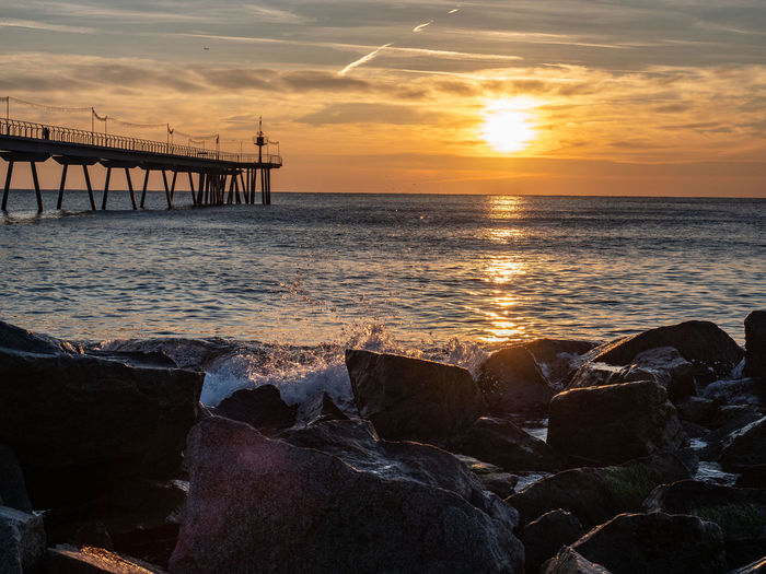 Pont del petroli Water Sea Sunset Beach Nautical Vessel Wave Sun Silhouette Low Tide Reflection Romantic Sky