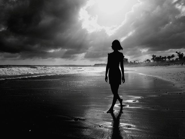 Black & White Peoplephotography People Sea Beach Cloud - Sky Black And White Momochrome