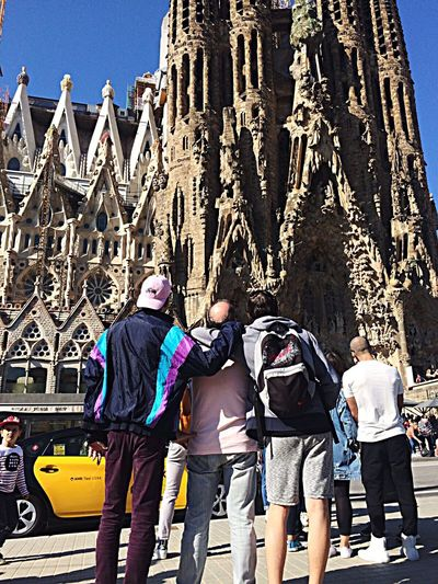 Touriste in Barcelona 💎 Travel Architecture Men People Adult Travel Destinations Day Adventure Building Exterior Group Of People City Built Structure Barcelone Barcelona Young Boss First Eyeem Photo The Secret Spaces Resist EyeEm Diversity Long Goodbye EyeEmNewHere