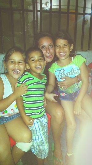 Entre risas, niños igual a felicidad