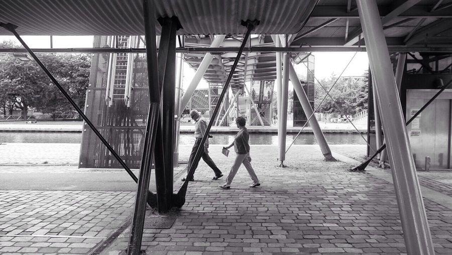 Under the bridge ! Streetphotography People Watching Urban Geometry