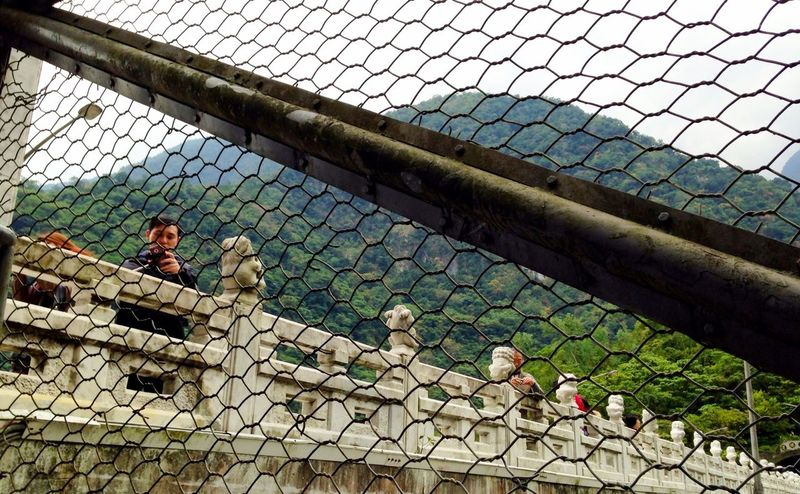 由橋面盤旋而下的鐵梯護網 Stairs Net Web