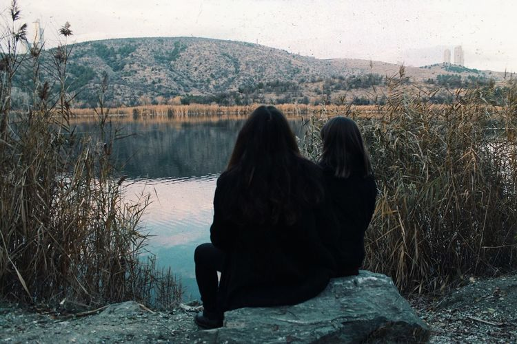 𝚗𝚘𝚟𝚎𝚖𝚋𝚎𝚛 𝟷𝟽' Vintage Rear View Water Real People Lifestyles Women Adult Sitting Two People Love Sky Hair Long Hair Lake Nature First Eyeem Photo