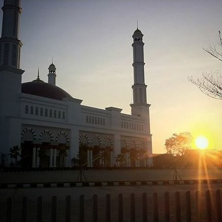 The best mosque in West Borneo Explorepontianak WHPLocalLens Pontianakonly Photographer Pontianak Muslim Mosque Me Like4like Tumblr Bestoftheday Sun Sky Day Nature Outdoor Landscape Beautiful Photooftheday