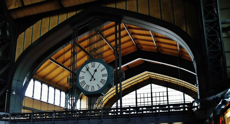 Architecture Built Structure Clock Clock Face Day Hour Hand Indoors  Low Angle View Minute Hand No People Roman Numeral Time Horloĝo