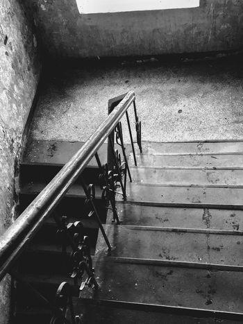Przy poręczy Stary Budynek Kamienica Klatka Schodowa W Dzień Poręcz Stopnie Po Schodach Schody W Dół Staircase Steps And Staircases Railing Architecture Built Structure High Angle View The Way Forward Day Metal Moving Down