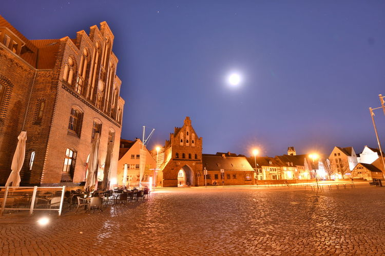 Zu Besuch in Wismar Langzeitbelichtung Long Exposure Long Exposure Night Photography Wismar Mecklenburg-Vorpommern Germany Deutschland Altstadt Architecture Building Exterior Built Structure Illuminated Night Sky Building City Water History Nature The Past Street Moon Travel Destinations Dusk No People Reflection Street Light Canal