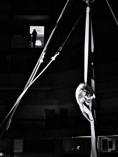 finestra con vista Black And White Palo Finestra Con Vista Windows Black Background Architecture Acrobat Acrobatic Activity Plastic Hoop Gymnastics Circus Agility School Gymnasium Flexibility