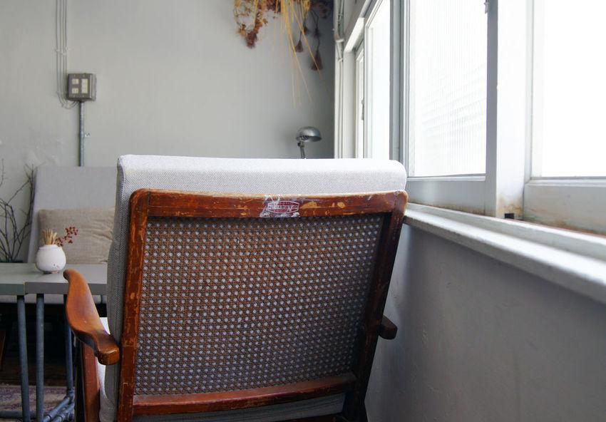 台南老街裡,正上演著關於藝術家新作品發表,來參與的人們,有些在一樓靜靜的欣賞著作品,一些則在二樓喝著茶 或 咖啡,想著,就這樣吧,時間就停留在這吧。 More Detail:https://goo.gl/XZGwaI Japanese Style Break Time Chair Detail Indoors  Oldhouse Seat Space Tainan Taiwan White 中西區 台南 台灣
