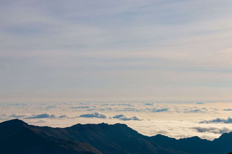Scenic view blanket of clouds seen from the top of haleakala volcano, maui, hawaii, usa