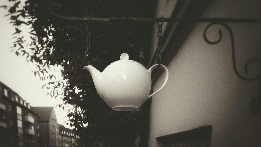 Fliegende Teekanne Taking Photos Tea Time