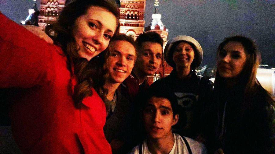 После успешного концерта, решили пойти на Красную площадь и продолжить зажигать там😂🙈 мгпу студентыпедагоги Moscow краснаяплощадь послеконцерта студенты 1курс географы геофак