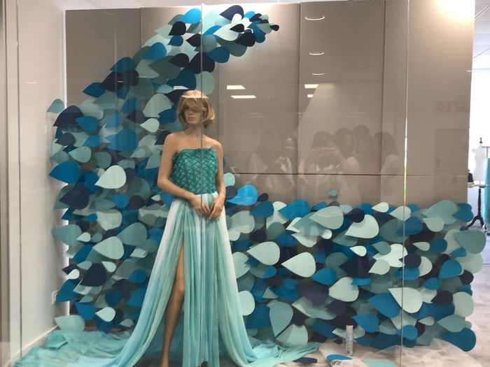 Reflejos orgullosos Fairy Mermaid SIRENA Moda Fashion Water Agua Young Young Women Maniquie Mirror Reflection Window Escaparate Art Arte Leisure Activity Indoors  Adult Full Length Clothing Young Adult Beautiful Woman Beauty Young Women Mirror Looking Hairstyle