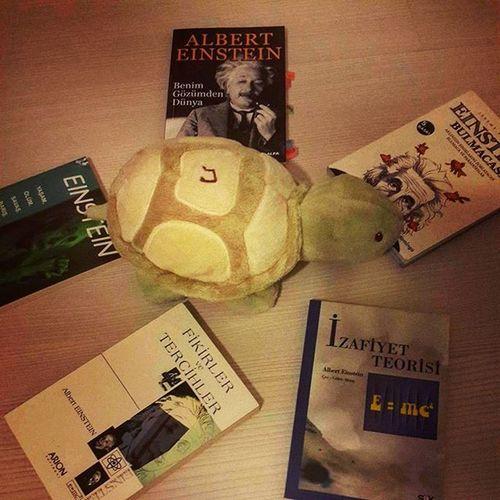 Eğer fiziğe ve Albert Einstein'a ilginiz varsa 5'i 1 yerde... 😄 📌📍 Akındursun çakmaktaşı Postitşairi Blogger Blog Cakmaktasiblog Sair Followmyhand Izmir Instaizmir Alberteinstein Izafiyet Eesittirmckare Einstein Fizik Kitap Book Bookstagram 1kitap1fotograf Bookworm Booklover Kitapagaci Kitapkurdu Kitapagaciizmir Instakitap