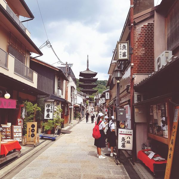 Viela e pagode em Kiyomizu 🏯🇯🇵 Pagode Kiyomizudera Kyoto Japan Japantrip Japanese  Japancity Lifeinjapan Streets_vision Street Buddhism Temple Travel Destinations Architecture History Day Building Exterior Outdoors Built Structure People City Adult Sky Adults Only Full Length EyeEmNewHere