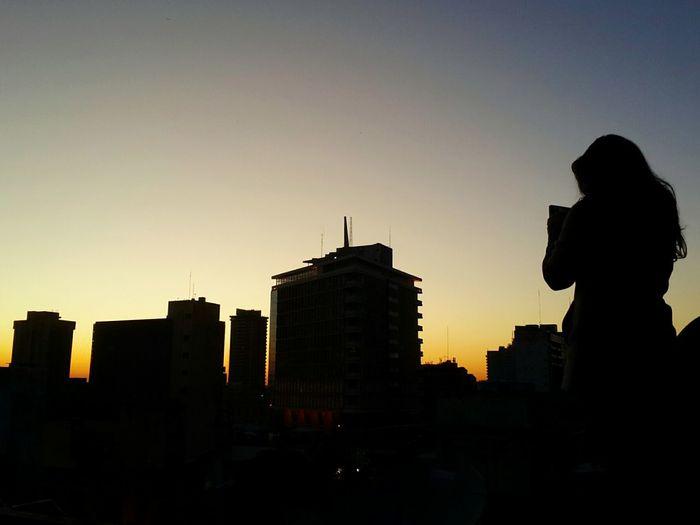 Siluetas y más siluetas en un amanecer asunceno EyeEm Best Shots Working Day Friday Shillouette Giant Woman