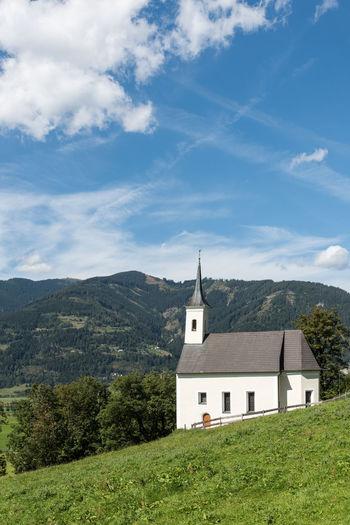 Aussenansicht Burgkapelle Himmel Pinzgau Salzburger Land Spätsommer  Wolken Architektur Fassade Hl. Jakob Kaprun Österreich