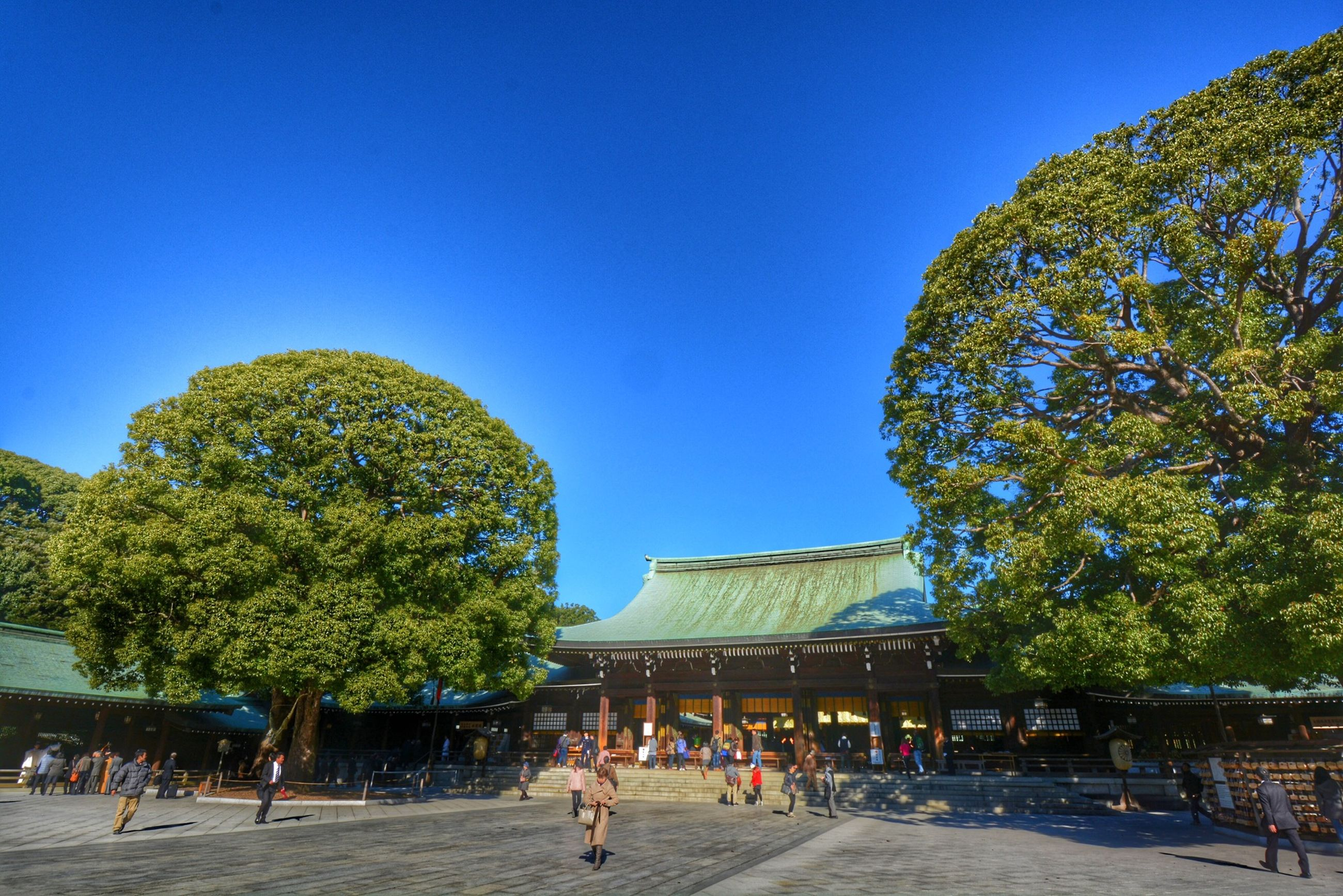 clear sky, architecture, built structure, building exterior, blue, tree, copy space, sunlight, famous place, low angle view, travel destinations, tourist, person, tourism, day, incidental people, large group of people, history, travel