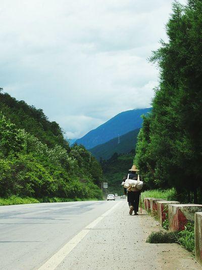 去香格里拉的路上。 On The Road Hiking Day Walking On Sunshine Yunnan ,China Starting A Trip Traveling Beautiful Nature Sunshine And Summer Time Man
