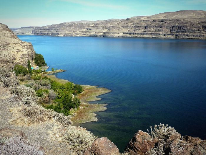Columbia River in Washington State Rattlesnake Habitat Klapperschlangen Habitat Barren Landscape Magere Erde Blue Water Karge Landschaft Rocky Landscape Washington State Canyon Of The Columbia River Columbia River Gorge Gingko Petrified Forest Flusslandschaft River View Nature Beauty In Nature Water Scenics Tranquility Mountain Outdoors Tranquil Scene Landscape Rock - Object