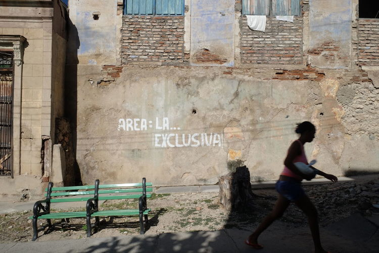 Bench Area Exclusiva Wall Woman In The Street Streetphotography Streetart/graffiti Graffiti Cuba Communication Exclusive Area Exclusive Shot Message Santiago De Cuba Sign Street Scene Streetphotography Text Ghetto Civilization Written The Street Photographer - 2018 EyeEm Awards