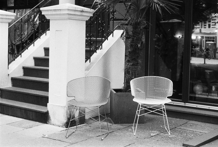 Zwei Zeiten, Contessa, Ilford HP5 400 35mm Analog Analogue Photography Architecture Black & White Black And White Built Structure Chairs City Life Contessa Day Design Filmisnotdead No People Outdoors Stairs Store Window Streetphotography Urban Urban Lifestyle