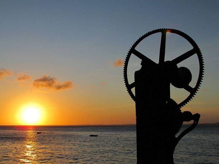 Dia 12/12/2015. Mila estava ali, na ponta da ilha, onde o sol se pôs. Foi seu último pôr-do-sol. Igerssalvador Igersbahia Igersbrasil Ig_bahia Ig_brazil_ Ig_salvador Image_gram Fotosbahia MAM Solardounhao Sunset Sun Flare Cachapregos Ilhadeitaparica BaiaDeTodosOsSantos Bahianidade Baianidadenagô_ Aprecieabahia