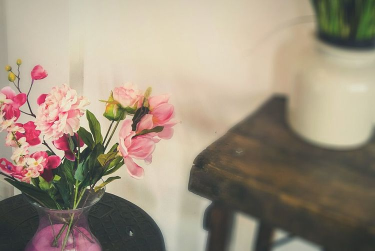 Bouquet Flowers Day Home Interior Close Up No People Home Room Room Decor Table Inside Furnitures Interior Decorating Floral Flower Indoors  Freshness Vase Close-up Petal Fragility Plant Life In Bloom Blooming Flower Arrangement Arrangement Indoors  Vase Flowering Plant Vulnerability