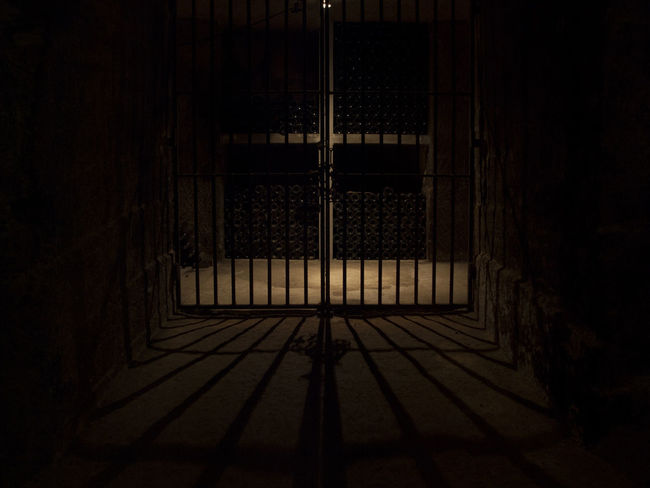 Paradis ou enfer... Bottles Cave Dark Illuminated Ombre Wire Rack Welcomeweekly Wine Moments Welcome To Black