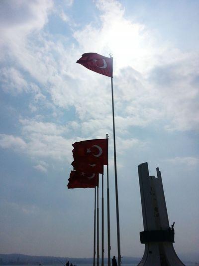 Dalgalan sen de safaklar gibi ey şanlı hilal! Bayrak Türkbayragi şanlıtürkbayrağı Flag Turkishflag 🌟🌙