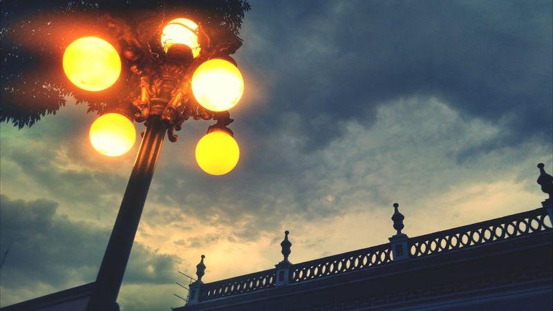Un cielo gris lleno de luces