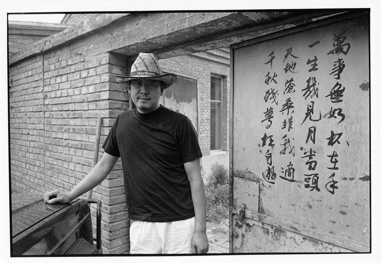 原国镭在辛店村居所门前,这个院子是原买下来的,铁门写着原的诗。原工作室搬到小堡村画家村艺术区几年后,这处房子卖给了他人。2013年时,随朝阳北路延长线潞苑北大街的建设,房子被拆除。2004年 10909308 1613 12820764 5093