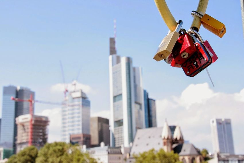 Frankfurt Frankfurt Am Main Frankfurt Skyline Skyline Frankfurtlovers Liebesschlösser Lovelocks Liebesschloss Valentinstag Valentine's Day  Valentine Liebe Love Lovelock Schlösser Schloss Happiness Glück Erinnerungen Skyscraper City Architecture Sky Urban Skyline Modern Day Built Structure Building Exterior Outdoors Cityscape No People