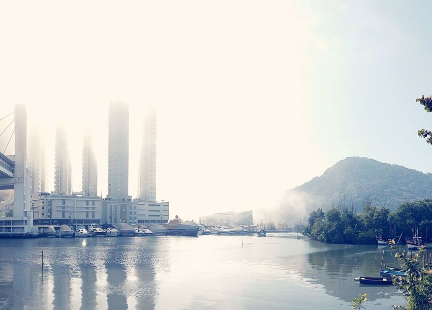 névoa repentina. City Water Urban Skyline Tree Skyscraper Nautical Vessel Modern Cityscape Sunset River