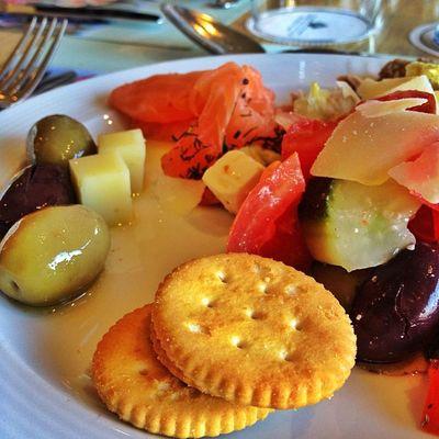 Lecker Greek Lunch Athen olives kracker lachs salmon greeksalad genuss