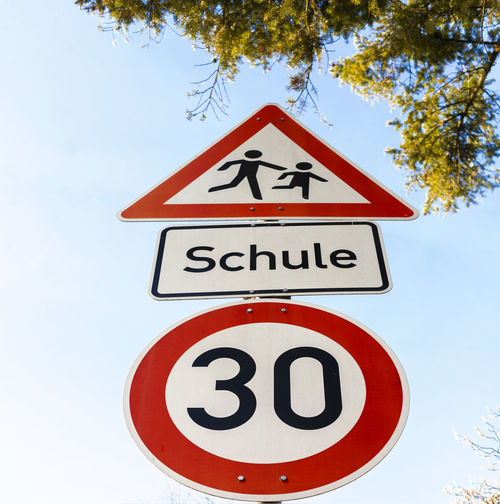 30 30kmh Close-up Cloud - Sky Communication Day GERMANY🇩🇪DEUTSCHERLAND@ Hessen No People Outdoors Road Sign School Sign Sign Watch Children Sky Speed Limitation Trees Trees And Sky Watch Children Wide Angle Wiesbaden, Germany