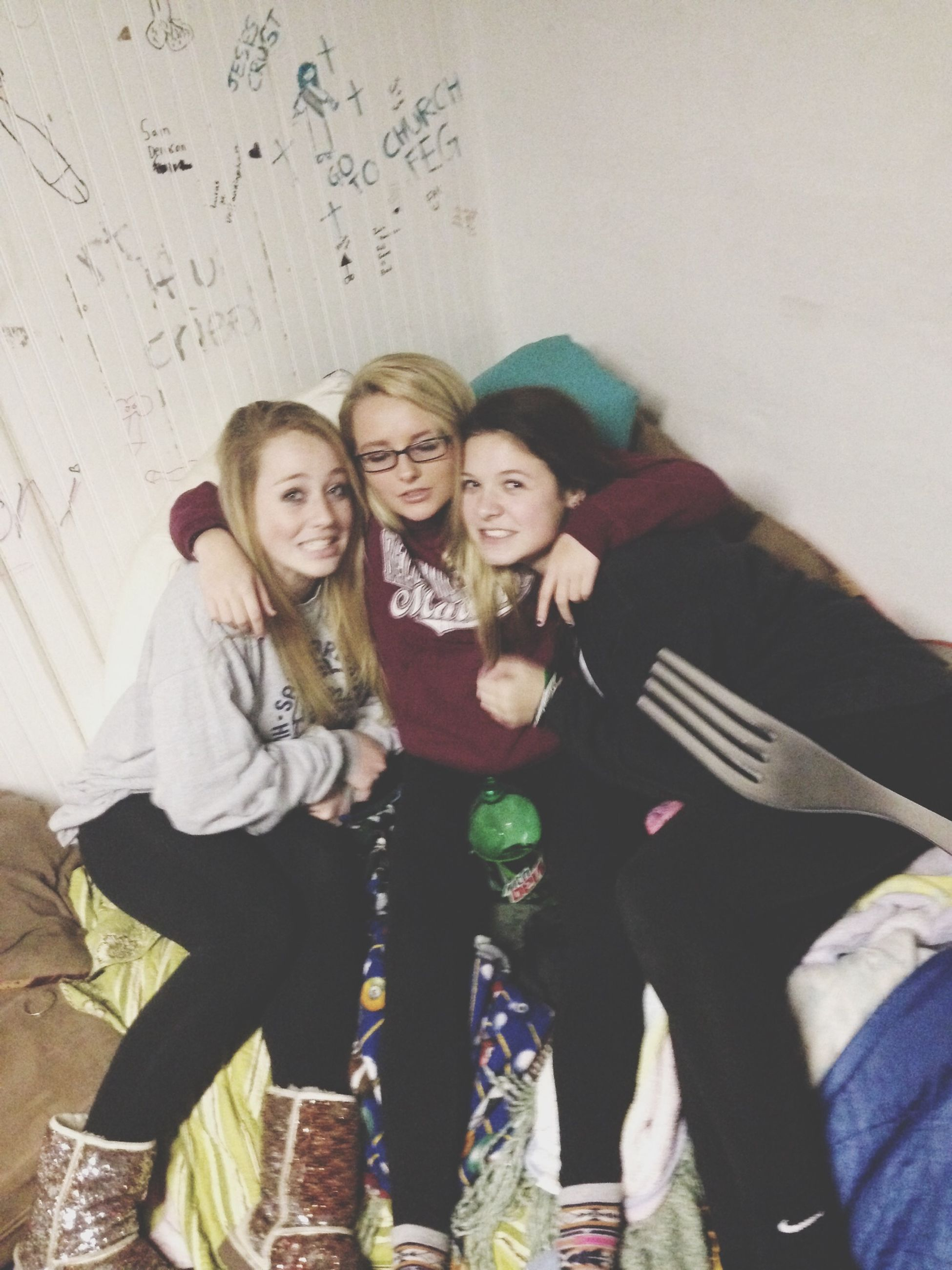 lifestyles, young adult, person, leisure activity, casual clothing, young women, front view, looking at camera, portrait, smiling, standing, three quarter length, togetherness, happiness, bonding, indoors