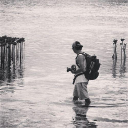"Perasaan udah seperti kerja di NATGEO. ""ngareep"" ------------ Hunting Beach Sea Photografi instahub instagram"