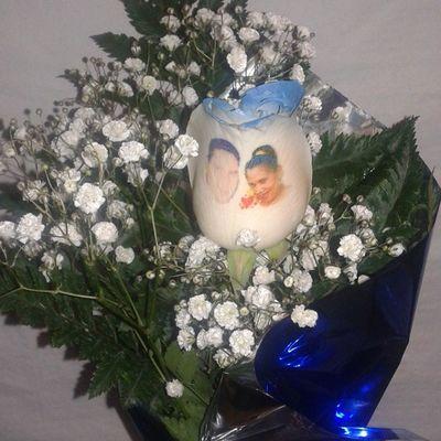 Rosa azul natural con el petalo tatuado con fotografia, puedes ver mas en nuestra web. Www.graficflower.com Rosasazules Rosaaa Regalo Regalos Regalooriginal Ramos Ramo Ramos4 Original Aniversario